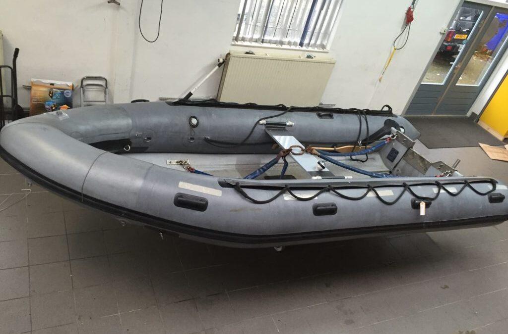 Flinke scheur in de rubberboot van het Nationaal Militair Museum